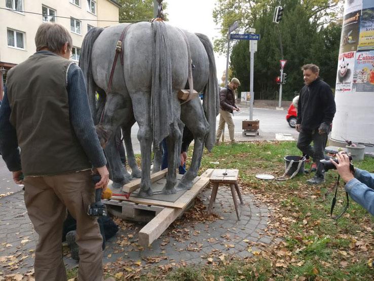 """Neugierige Blicke zog am Freitag Nachmittag der Aufbau der Skulptur """"Pääreschwänze"""" des in Rothenditmold schaffenden Künstlers Siegfried Böttcher auf sich."""