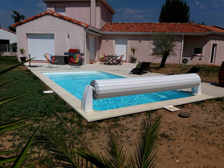 GILBERT-PISCINES-Installation-piscine-enterrée-coque-polyester-volet-roulant-hors-sol-BESSIERES_31660_82