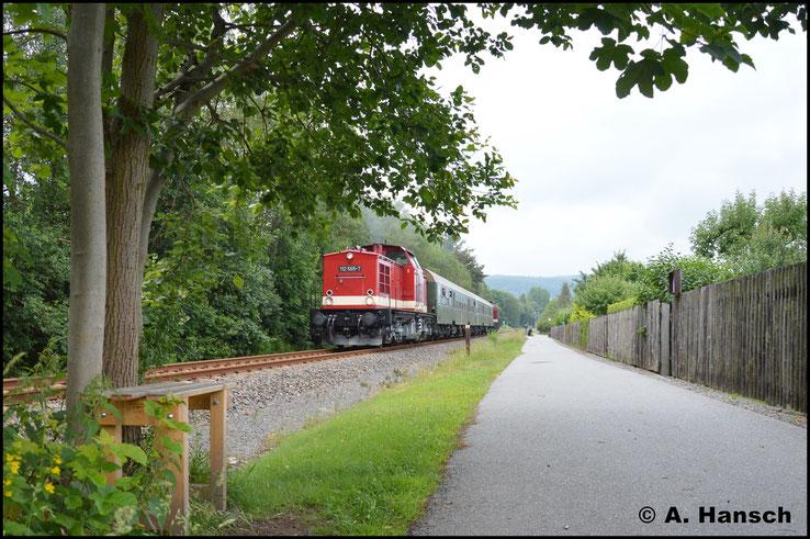 Ein erstes Bild des Zuges entstand auf der Gerade zwischen Olbernhau West und Bf. Olbernhau. Diese verläuft als ordentliche Steigung und entsprechend machen die beiden Maschinen mächtig Krach