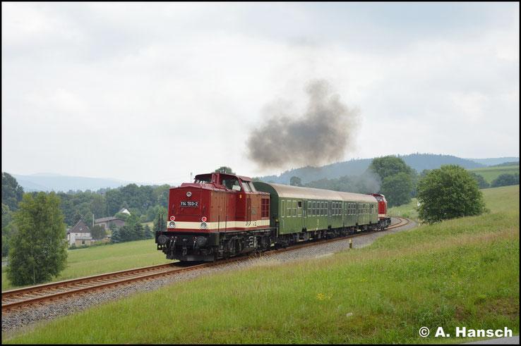 Viele unbeschrankte Bahnübergänge zwingen zum herunter bremsen. Nach dem BÜ kann der Zug wieder beschleunigen, was man hier eindrucksvoll sehen kann