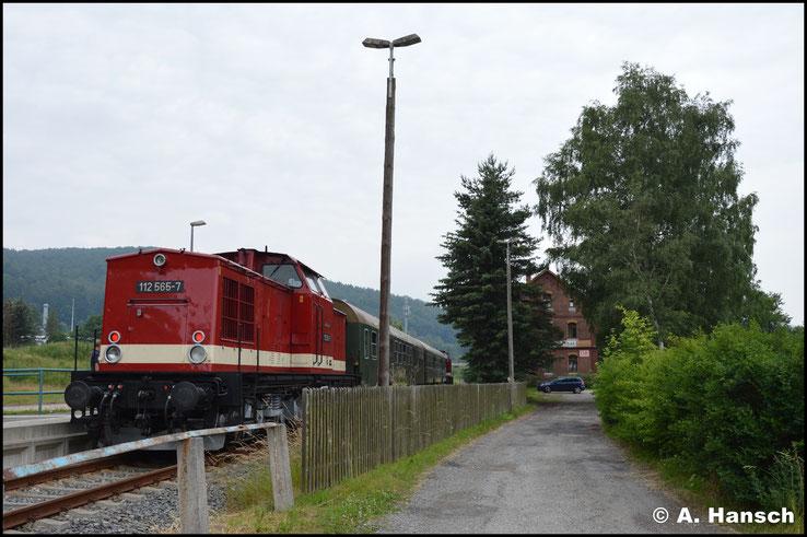 Im Hintergrund das Bahnhofsgebäude von Olbernhau-Grünthal. RB 81 wartet auf Ausfahrt