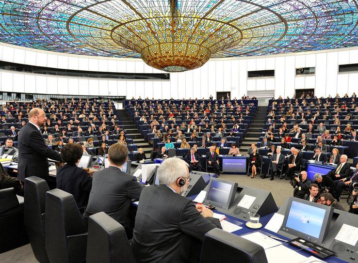 El Parlament Europeu adopta una rèplica del lluernari de vitrall del Palau de la Música catalana en la seva Assemblea General