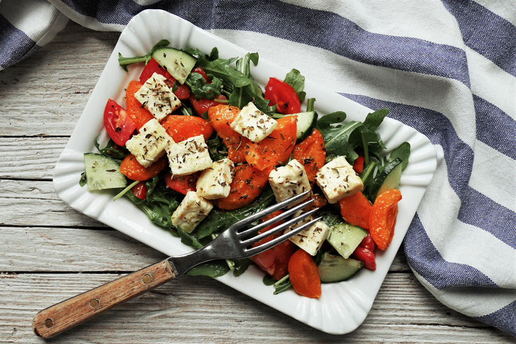 Salat mit Marillen und Feta