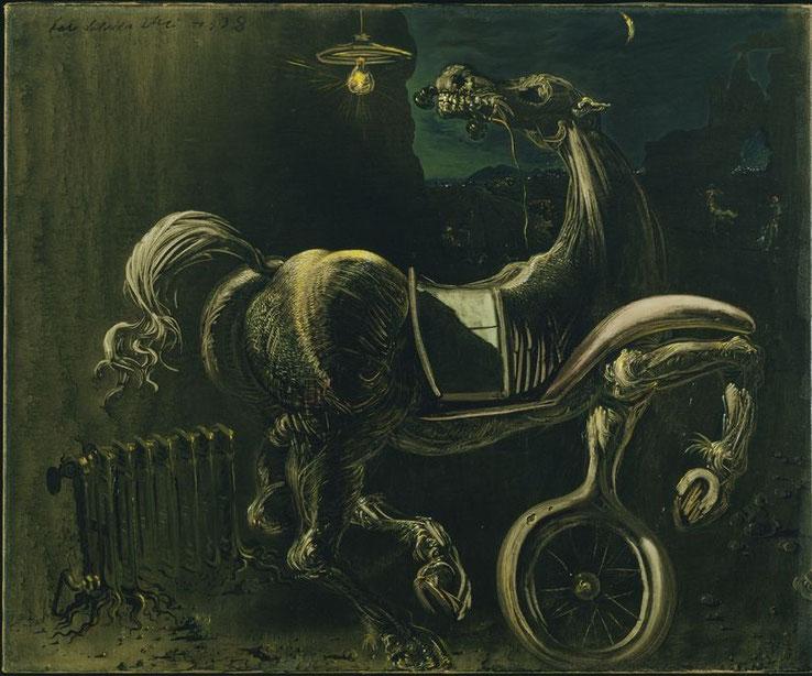 Обломки автомобиля, порождающего слепую лошадь, кусающую телефон