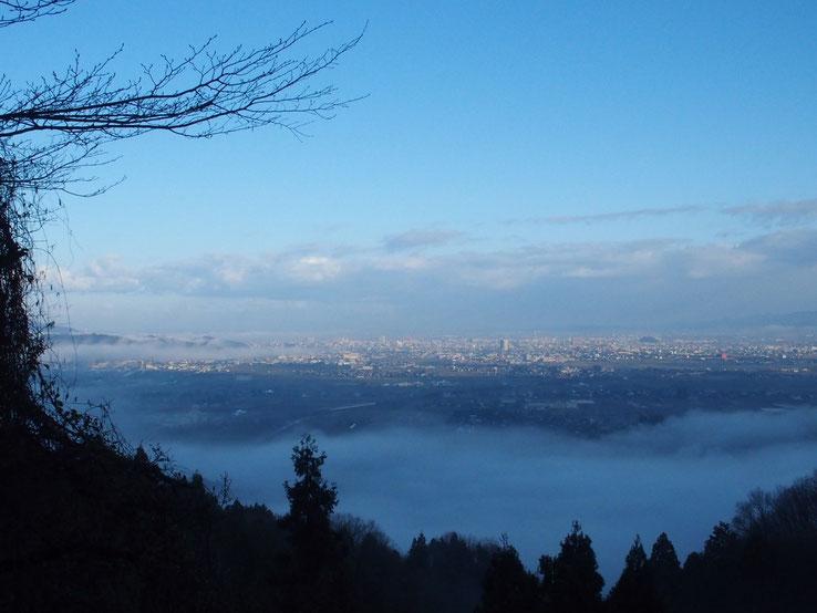 下山時に新春の福井市市街を望遠した。