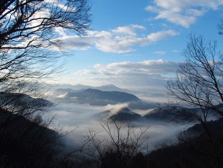 展望台から遠望する越前富士・日野山です。