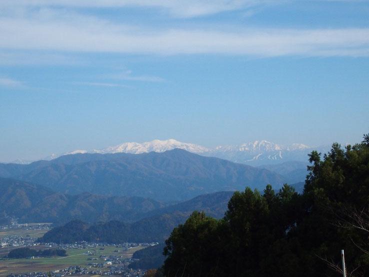 今冬初めての真っ白の白山 :きらきら輝いて神々しい。思わず手を合わせたくなりました。