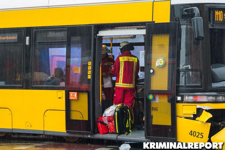 Die Feuerwehr behandelt mehrere verletzte Personen.|Foto: Christopher Sebastian Harms