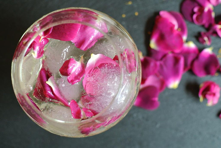 Cocktail mit Sekt und Rosenblütensirup