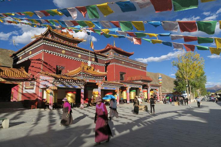 Les pelerins du mani wall de Yushu effectuant la kora