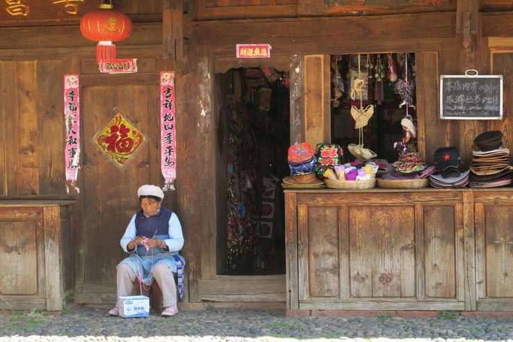 Sur la place du village de Shaxi