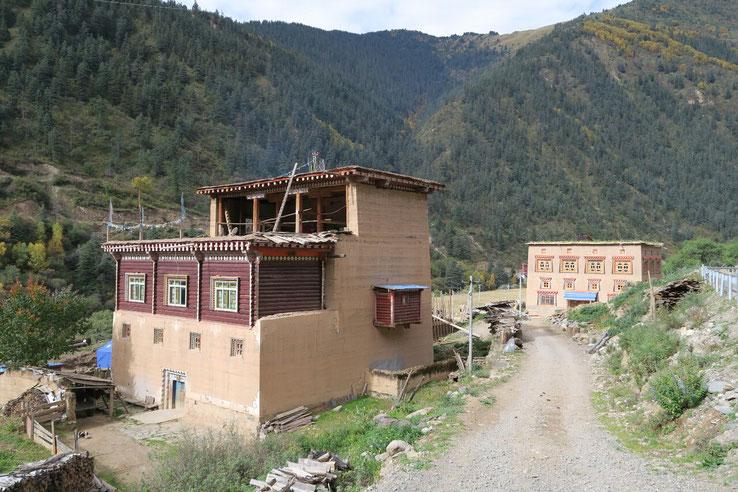 Maisons tradtionnelles en terre et bois de la vallée de Yalong