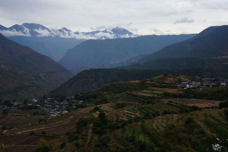 Villages Naxi dans la vallee menant a Baishuitai