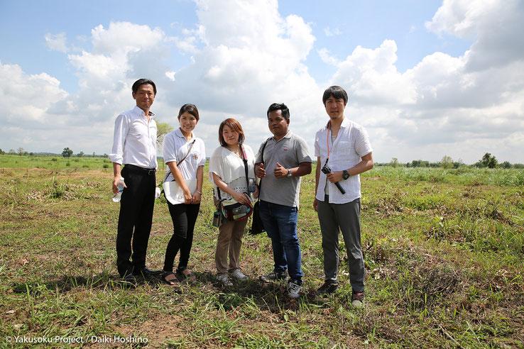 JHPスタッフ辰川さん(左から2番目)とカンボジア人ガイドのキー君(右から2番目)&今回のやくそくメンバー