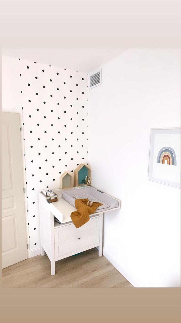mur à pois noir décoration chambre bébé enfant moutarde arc en ciel table à langer