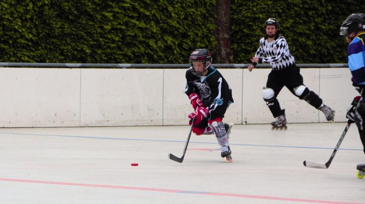 Den roten Teufel auf dem Helm, den Totenkopf auf der Brust und Hockey im Herz: Max Schrank. Foto: Lisa