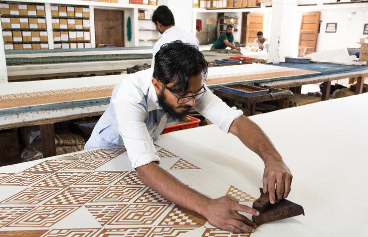 Impression d'un motif géométrique sur un tissu en coton par un artisan de la nouvelle génération (Bhuj - Gujarat - Inde).