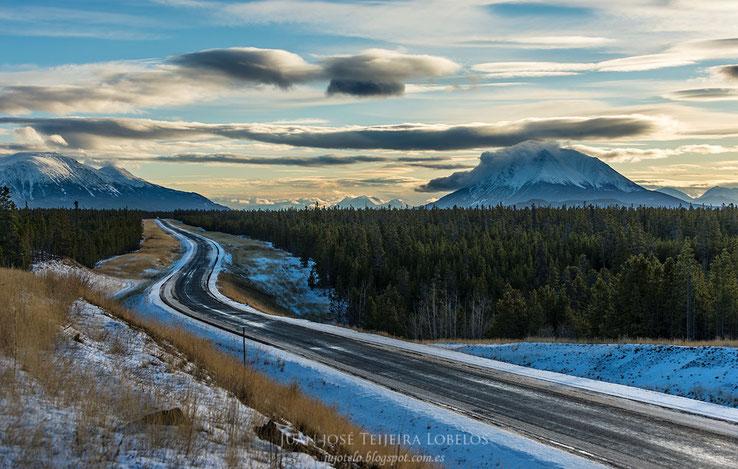 Típico paisaje canadiense, bosques y montañas nevadas.