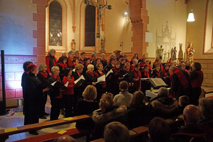 Die Chöre Da Capo und Mix Dur beim Adventskonzert 2016  in Wernborn. Foto: p.z.