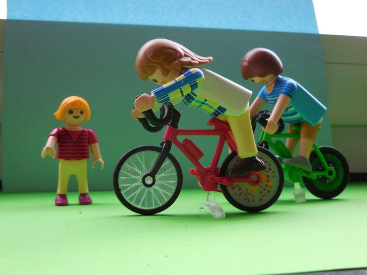 Am nächsten morgen machten sie eine Fahrradtour. Sie trafen ein obdachloses Mädchen.