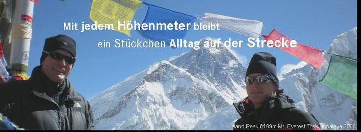Karl+Matthias auf dem Kala Patar 5540m im Hintergrund der Berg der Berge Mount Everest 8850m
