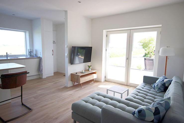 Das sonnige Wohnzimmer in der neuen Ferienwohnung Grüne Weide
