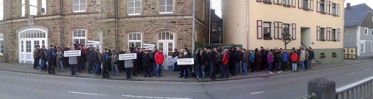 Rund 100 Miehlener Bürgerinnen und Bürger warteten vor dem Rathaus auf die Entscheidung