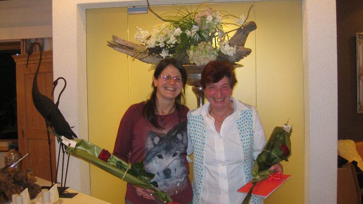 Die zurückgetretenen Kurs und Technischen Leiter Tamara Pfiffner (links) und Erika Durscher, auf dem Bild  fehlt Conny Leu, erhielten eine Rose und einen Gutschein des Restaurant Schnuggenbock