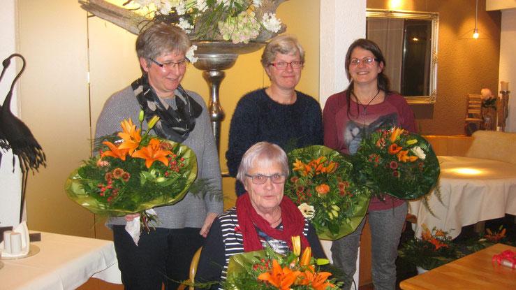Langjährige Vereinsmitglieder: von links nach rechts: Helene Schär, Brigitte Schär, beide 30 Jahre, Tamara Pfiffner 20 Jahre, sitzend Lydia Oberholzer 50 Jahre, auf dem Bild fehlen Erika Soller und Ursula Stacher, beide 50 Jahre