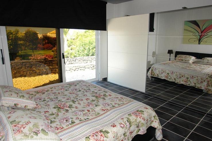 Der Spiegelschrank, im 1. Schlafzimmer, erweitert den Raum optisch und hebt in Kombination mit der Fensterfront die Wirkung der Wände auf.