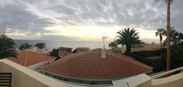 Blick in den Sonnenuntergang von der Dachterrasse des Hauses