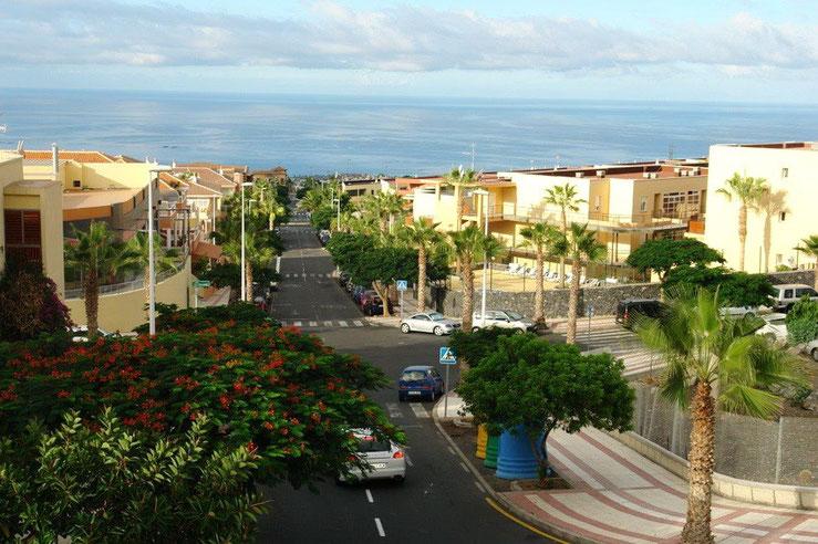 Hauptstraße in Adeje die zum Meer führt.