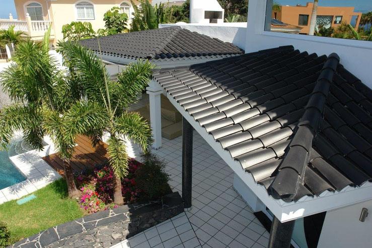 Blick von der Dachterrasse auf den Eingangsbereich.
