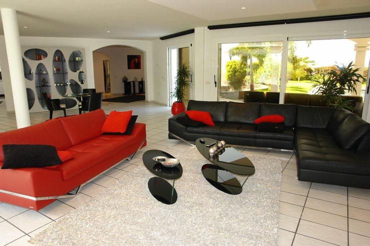 Gemütliche Couch Garnitur mit Blick in den Garten.
