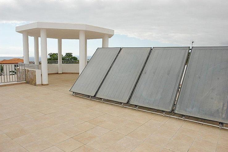 Dachterrasse der Villa mit Solaranlage und Meerblick