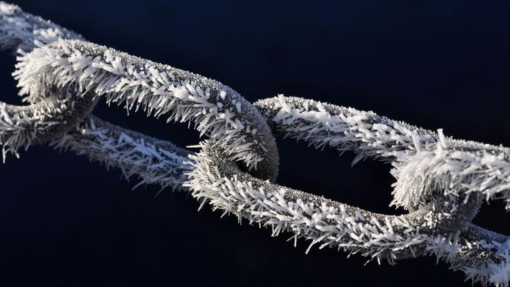 raureif kette eis winter kälte eisig