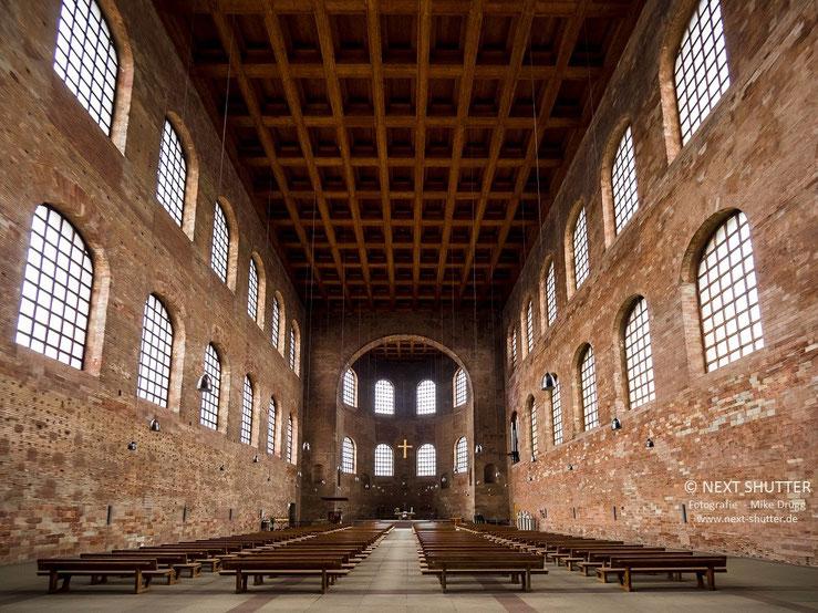 Die Konstantin - Basilika, einer der ältesten antiken noch erhaltenen Bauten aus römischer Zeit. Sie wurde im 4. Jahrundert von Kaiser Konstantin als Audienzhalle erbaut.