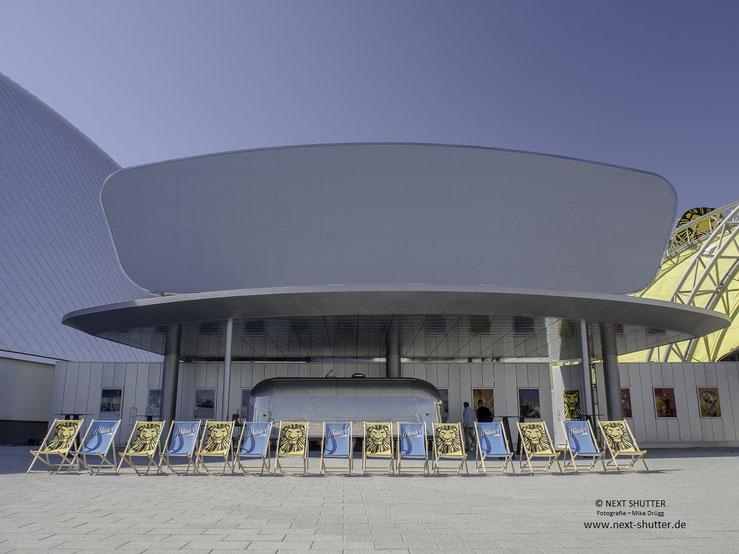 Logenplatz : Liegestühle bei der beiden Theatern im Hafen