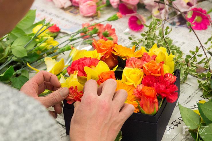 生産者の皆さんによる箱花の制作風景