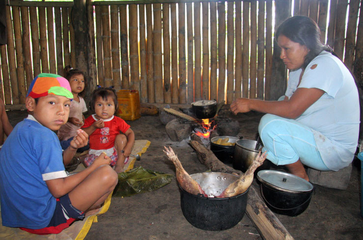 Šiandien pietums virtuvėje verda gvanta - Tukupio kaimelis prie Jaupio Ekvadoro Amazonijoje