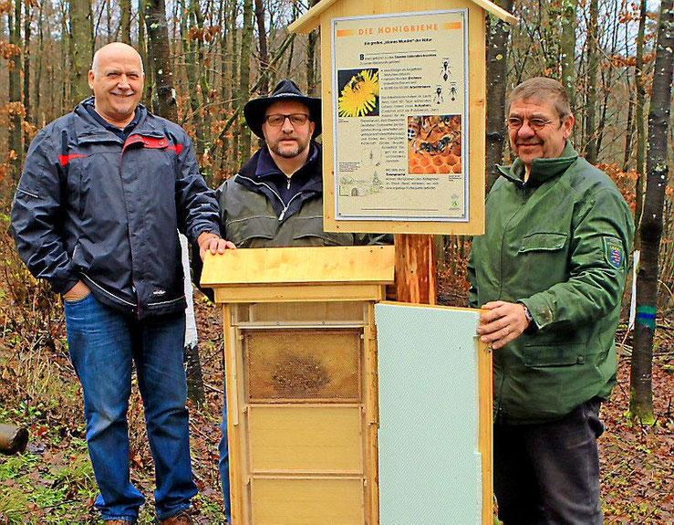 In Zusammenarbeit mit Herrn Revierleiter Rittner, haben wir einen Bienenlehrpfad mit Schaukasten im Wildgehege Herborn angelegt.