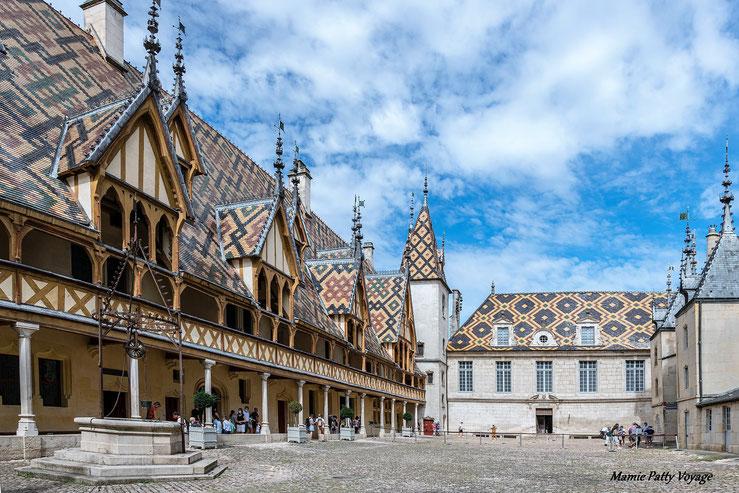 Cour d'honneur et toits polychromes, Hospices civils de Beaune