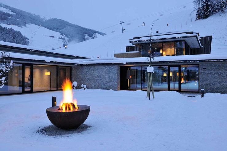 Aussenansicht im Schnee vom Hotel Wiesergut