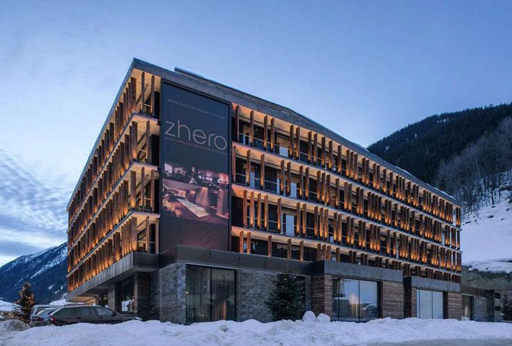 Aussenansicht im Schnee vom Hotel Zhero