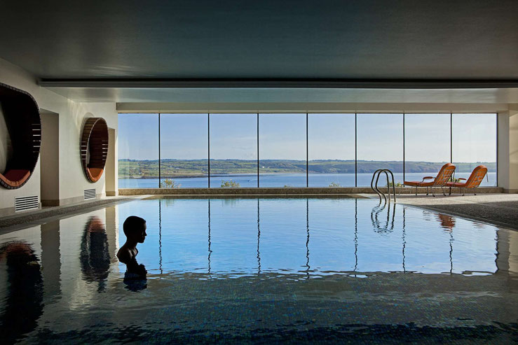 Blick vom Indoor-Pool durch das Panoramafenster aufs Meer