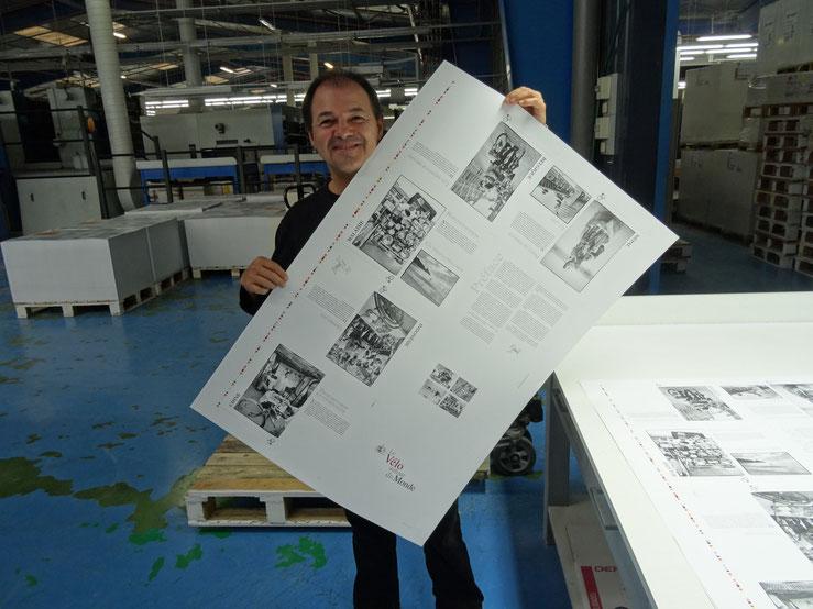 A l'imprimerie pour le contôle du calage des couleurs.