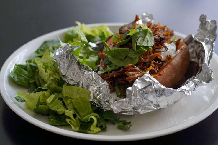 Süße Ofenkartoffel mit Pulled Turkey und Salat | gesund und schnell zubereitet