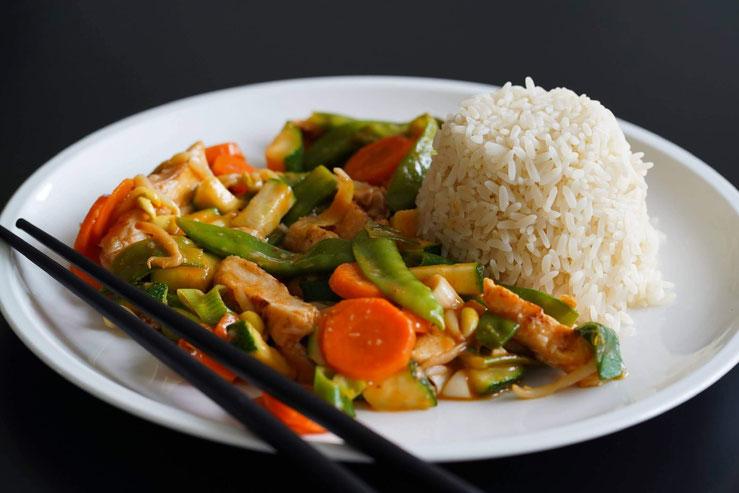 Rote Currypfanne mit Hühnchen und Reis   gesund und schnell gemacht