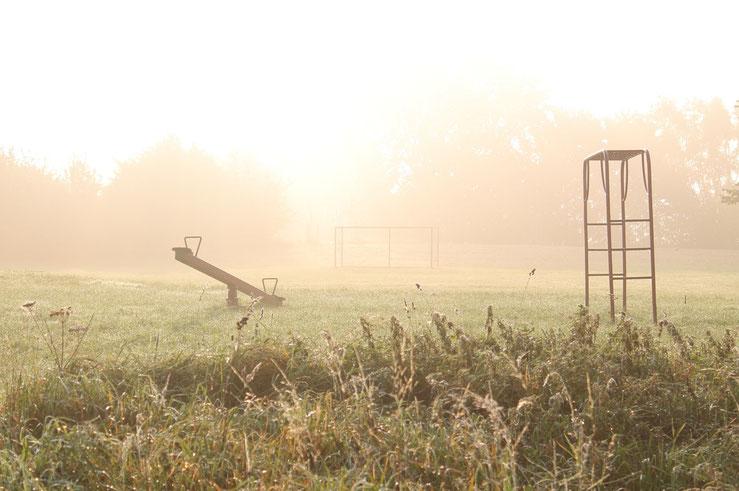 Bild: Spielplatz im Morgennebel (Foto: Karena Hoffmann-Wülfing)