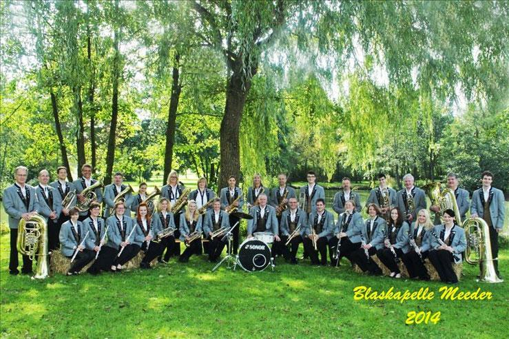 Nicht ganz vollzählig und dennoch eine stattliche Truppe, die Blaskapelle Meeder im Jahr 2014.